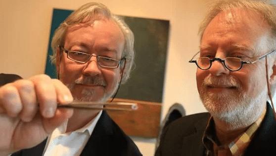 Goldschmiedemeister Norbert Strahler (re.) wollte sich auf Fassungen für Kunstdiamanten erst nicht einlassen, ließ sich aber...